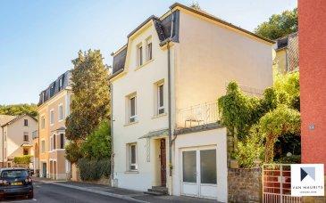 Située é Luxembourg, cette maison de ville libre de 4 côtés, disposant de deux chambres (avec possibilité d'en aménager une troisième), d'une cuisine équipée et aménagée, et également d'un grand garage, est composée selon la configuration suivante :  La porte d'entrée donne sur un hall de ± 7 m², avec une imitation carrelage ciment au sol, une hauteur sous plafond de ± 3 m, un escalier en terrazzo, le tout donnant accès à une chambre de ± 16 m² avec du parquet massif au sol, à une salle de douche ± 11 m² ( équipée avec lavabo et WC, à rénover). Vous trouverez également un débarras sous les escaliers, et un acces au garage d'une surface de ± 25 m² (2.7 x 9.3 m).  Le bel étage comprend un palier de ± 3 m² desservant la cuisine, cette dernière, moderne (2017), équipée et aménagée avec ilôt central (équipements composés d'un frigo américain, d'un four, four à micro-ondes ...). Vous trouverez également à cet étage un salon de ± 22m² avec du parquet au sol, accessible par une porte coulissante. Le palier donne en outre accès à la terrasse à l'arrière et sur le côté de la maison, de ± 32 m².  L'étage de nuit, accessible par un palier de ± 3 m², dispose d'une salle de bain de ± 11 m² (équipée avec une douche, un lavabo, un bidet et un WC), d'une chambre de ± 14 m², d'un dressing de ± 9 m² (éventuellement transformable en chambre pour un enfant en bas-âge).  La maison dispose également d'un grenier, mais non aménagé.  Généralités:  Surprenante maison de charme, quelques travaux de rafraîchissements à faire (notamment la peinture de la salle de douche et la salle de bain), elle comprend une spacieuse terrasse, un grand garage, et se trouve proche de tout service et toute commodité  Détails complémentaires :  - Chaudière au gaz ; - Double vitrage avec chassis en PVC ; - Accès aisé vers Luxembourg-ville, l'allemagne, la France et la Belgique ; - connexions autoroutières ; - Commerces et services ; - Arrêt de bus; - Crèche et écoles; - Situation recherchée, quartier résidentiel 