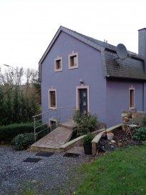 A louer dans le village de Redange-sur-Attert, agréable duplex de 60m² avec entrée séparée.  Niveau 0: - séjour / salle à manger avec coin cuisine équipée.  Niveau 1: - salle de douche, lavabo, wc - 1 grande chambre.  Emplacement extérieur pour 1-2 voitures.