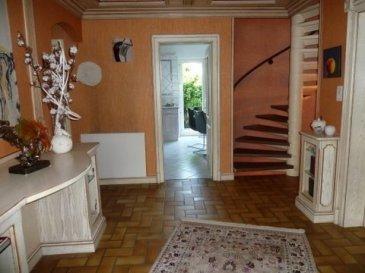 Belle demeure habitable de suite : Espace et Qualité   Terrain paysagé sur 9,8 ares.    Surface totale habitable environ 200 m2,  6/7 pièces dont 3 /4 chambres à coucher   Sur 3 niveaux dont un correspondant à une mezzanine   Prix justifié : 339 000 €  * Honoraires d'agence à la charge du vendeur. Frais de notaire en sus  RDC environ 100 m2 :  Hall d'accueil 14 m2 (4,5m x 2,90m) Une cuisine aménagée 15 m2 (4,70m x 3,70m) donnant sur une terrasse   Un grand séjour 32 m2 (7,40 m x 4,50 m) donnant sur un balcon Une pièce pouvant servir de bureau 13 m2 (4,50 m x 3m)  Une chambre à coucher 15 m2 (3,90 m x 3,90m) Une SDB 8 m2 avec vasque et baignoire (2,70 m x 2,70 m) WC séparé   1er niveau environ 75 m2  Un grand espace ouvert  (forme L) pouvant recevoir un salon ou un bureau 50 m2 1 pièces 10 m2  1 Dressing 5 m2 Une SDB avec douche et vasque  8 m2 (3 m x 2,60 m) WC séparé    2ème mezzanine environ  30 m2  1 chambre 16 m2 (4,2 x 3,9 m) Dressing aménagé 7,50 m2 1 espace bureau (3,4 x 1,30 m)   Sous sol :  Une grande pièce 30 m2 (4,2 x 6,8 m) accès direct vers le jardin  Garage  28 m2 Atelier 15 m2  Buanderie 15 m2  Diverses indications : Construite en 1981, bien entretenue avec des rénovations récentes  Adresse : rue des pommiers à Ingwiller, 5 minutes à pied de la gare   Fenêtres en bois et PVC double vitrage, volets éclectiques   Terrasse, jardin potager, pelouse, arbres fruitiers …  Matériaux nobles ; parquet, carrelage et marbre   Chauffage central au sol et radiateurs, chaudière récente à condensation gaz de ville   Nombreux placards et divers aménagements compris dans la vente   DPE : C 143kWh D 35 kg Taxes foncières 540 €  Photovoltaïque revente électricité  (recette 570 €/an en 2017 )  Située dans un quartier résidentiel à deux pas du collège et de la forêt, cette belle demeure rare offre espace et opportunité, elle  peut répondre à une grande famille.  La ville d'Ingwiller qui compte 4200 habitants est facilement accessible par la route, les activités commerciale