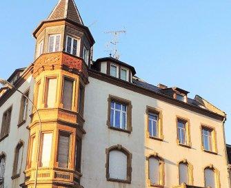 Appartement à Montigny Les Metz de 3 pièces cuisine équipée, de près de 70 m2 dans un  immeuble d'époque 1905..Ce prestigieux appartement est composé de 3pc parquets,moulures,plafonds, vitreaux,faîences avec de beaux volumes, et attend votre visite.  DPE EXCELLENT : C et D soit 644euros ANNUELS  de consommation abonnements compris (234 euros). Copropriété de 8 lots    Charges annuelles : 350 euros. Toiture neuve payée par le vendeur.