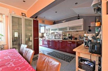 L\'agence CIMOLUX vous propose une maison dans une rue calme avec une superficie de +/-115m2 et 0,95 ares de terrain.<br><br>La maison dispose:<br>Au rdch: un hall d\'entrée, un WC séparé, un salon/salle à manger avec sortie sur la terrasse, une cuisine équipée ouverte.<br>Au 1er étage: 2 chambres, un grenier avec possibilité de faire une 3ème chambre, une salle de douche.<br>Au sous-sol: une cave, une buanderie et un garage avec un emplacement extérieur.<br><br>La maison dispose aussi un système alarme.<br><br>Prix 895.000€ <br>(frais d\'agence compris 2,5% + Tva 17 % à la charge du vendeur)<br><br>Pour plus d\'informations n\'hésitez pas à nous contacter on parle français, allemand, luxembourgeois, anglais, portugais et italien.<br><br>Pour l\'obtention de votre crédit, notre relation avec nos partenaires financiers vous permettront d\'avoir les meilleures conditions.