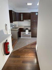 Bureaux comprenant 3 chambres <br>- cuisine équipée <br>- débarras <br>- située au premier étage<br>- complétement rénovée<br>- près de tous les commodités (cactus, commune, la Poste, etc...)<br>- Disponibilité immédiate<br><br>Loyer 1200€ <br>Charges 150€<br>Caution 2 mois<br>(frais d\'agence 1 mois de loyer + TVA 17%)