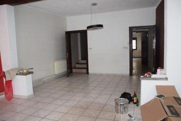 BON'APPART vous propose une maison de ville composée d'une grande pièce de vie, une cuisine équipée un wc et une cave .  à l'étage : deux belles chambres, un dressing, une salle de bain avec wc et un grenier chauffage individuel au gaz La maison ne possède aucun extérieur
