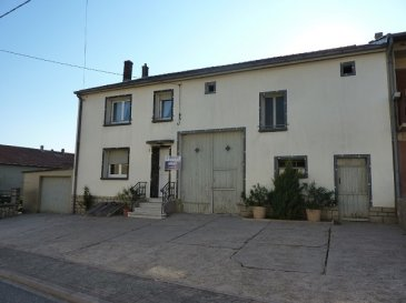 Nous VENDONS à VOELFLING LES BOUZONVILLE (Moselle) à proximité immédiate de la frontière allemande et à moins de 5 kilomètres de BOUZONVILLE ;  une maison de village mitoyenne d\'un seul côté.  Etablie sur un terrain de 5,85 ares, elle offre une surface habitable de 119 m2 comprenant :  En rez-de-chaussée :  Une pièce à vivre de 13,50 m2 et sa kitchenette de 6 m2 attenante Un séjour de 18 m2 Un salon de 16,33 m2. Une salle d\'eau et WC de 3,43 m2  A l\'étage sur dalle béton :  Un palier et espace bureau de 14,50 m2 Deux chambres de 15,72 et 14,45 m2. Placards. Une salle de bains et WC de 5,52 m2.  Une cave. Un garage attenant pour le stationnement d\'une voiture.  Avec aussi sur la partie droite de la maison, et directement accessible depuis les pièces de vie du rez-de-chaussée : Une grange de 38 m2 + 21 m2 sur sa partie arrière, dont une partie sur dalle béton. Une ancienne étable de 49 m2 doublée sur dalle.  Une extension conséquente de la surface habitable de la maison est encore possible sur ces dalles déjà existantes.  *** Double vitrage sur châssis PVC ou aluminium pour toutes les fenêtres. *** Porte d\'entrée récente en PVC. *** Chauffage central au fuel domestique, chaudière DE DIETRICH. *** Le bien est relié au réseau d\'assainissement collectif.  La maison est habitable en l\'état.  Elle est immédiatement disponible.  CONTACT :  Gérard STOULIG – Agent commercial : 06 03 40 33 55. WIR SPRECHEN DEUTSCH. ou l\'agence au : 03 87 36 12 24.