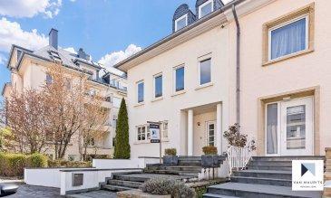 Cette belle et récente maison est libre de trois côtés. Elle se situe à Limpertsberg, dans une rue calme. Datant de 1994, elle bénéficie d'un terrain de 3a 27ca et d'une surface de ± 290 m², dont ± 217 m² habitables.  Elle se compose comme suit :  au rez-de-chaussée une entrée de ± 16 m² avec un escalier conduit vers un espace séjour/salle à manger disposant d'une cuisine ouverte, le tout de ± 58 m² avec une sortie sur une terrasse de ± 18 m² orientée sud. Un wc séparé complète ce niveau.   Au 1er étage, un palier de ± 13 m² donne sur une suite parentale de ± 25 m² avec sa salle de douche de ± 8 m² (douche, vasque et wc), ensuite sur les deux chambres de ± 12 et 13 m² et une deuxième salle de douche (douche, vasque et wc) de ± 4 m².  Au 2ème étage un palier s'ouvre sur deux chambres de ± 25 m² et une salle de bain de ± 4 m².  Au sous-sol se trouvent : un local technique avec une chaudière au gaz de marque Buderus de ± 5 m², une cave de ± 5 m², une buanderie de ± 9 m² et un double garage de ± 47 m².   Le jardin clôturé par une haie et un emplacement devant le garage complètent l'offre.    Généralités :  - 5 chambres à coucher ; - 3 salles de bain ; - Double garage et un emplacement ; - Adoucisseur d'eau ; - Salon et jardin orientés sud ; - Cheminée traditionnelle au salon ; - Chauffage au gaz ; - Double vitrage ; - Rue calme .  Agent responsable : Katia Gravière au 661 33 29 82 ou katia@vanmaurits.lu