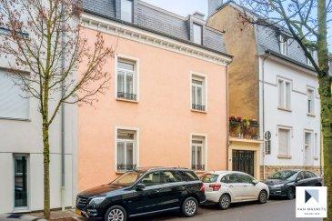 Située à Hollerich, cette maison datant de 1940 présente une surface habitable de ± 144 m². On accède à l'entrée latérale par un porche de garage ± 18 m² suivi d'une extension ± 18 m² et d'un espace de rangement ± 4 m². La maison se compose comme suit:  Au rez-de-chaussée, le hall d'entrée ± 6 m² donne accès au salon ± 17 m² avec feu ouvert, parquet au sol et haut plafond ainsi qu'à la salle à manger ± 13 m². Celle-ci s'ouvre sur la cuisine équipée et aménagée ± 13 m² suivie d'une véranda / jardin d'hiver ± 8 m² donnant sur une cour extérieure ± 11 m². Un wc séparé complète ce niveau.  Le 1er étage comprend un palier desservant une chambre à coucher ± 16 m² communiquant avec un dressing aménagé ± 13 m² ainsi qu'une spacieuse salle de bain ± 13 m² avec douche, double lavabo et wc.  Le 2e étage comprend un palier ± 7 m² desservant deux chambres de ± 13 et 16 m² et une salle de douche ± 7 m².  Un grenier non aménagé est accessible par un escalier escamotable.  Détails complémentaires : •Maison en bon état, régulièrement entretenue ; •Localisation idéale, proche de toutes commodités: écoles, crèches, restaurants, petits commerces, transports en commun (bus, gare, futur tram) ; •Vallée de la Pétrusse (parc boisé) et centre-ville à deux pas.
