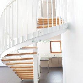Atypique - Appartement en F5/6 de 155m2 en duplex.  Vous souhaitez un bien qui sort de l\'ordinaire situé à la frontière ?<br> Plus grand que la plupart des maisons avec ses 155m2 habitables et ses 4 chambres, cet appartement en duplex offre de l\'originalité, des volumes incroyables avec son plafond cathédral et la nature qui s\'invite dans votre intérieur avec ses gigantesques baies vitrées.<br> Vous trouverez : un salon-séjour ouvert sur une cuisine toute équipée haut de gamme de 53m2, un cellier/buanderie, des armoires murales, 2 chambres de 17m2 et 2 chambres de 12m2, 3 pièces d\'eau, deux terrasses, deux parkings couverts et une cave.<br> L\'immeuble, doté de 5 logements uniquement, propose une architecture tendance et actuelle avec des prestations de qualité. <br> Allschwil et Bâle ne sont qu\'à 4 et 6 km en vélo, le bus pour l\'agglomération bâloise est à 500m à pied et le distribus tout à côté. Vous serez proches de tout... Envie de le découvrir ?