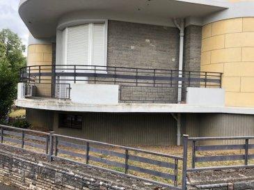 METZ –  QUEULEU  Appartement en RDC surélevé dans une maison individuelle de 3 appartements  BEAUX VOLUMES  Il se compose d'une grande entrée qui dessert les autres pièces, d'un séjour/salle à manger lumineux, d'une cuisine entièrement équipée et fonctionnelle avec un accès balcon, de deux grandes chambres dont une avec accès balcon, possibilité d'une troisième chambre ou d'un bureau, d'une salle de bain et d'un WC indépendant. La salle de bain est en cours de rénovation, elle sera équipée d'une douche et d'une baignoire.   Cave et garage au sous-sol, avec une pièce indépendante pouvant accueillir une chambre supplémentaire ou un bureau/salle de jeu…  Menuiseries PVC double vitrage récent  Chauffage individuel au gaz  Appartement équipé d'une alarme  Disponible de suite