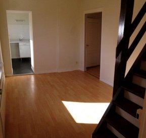REMILLY : APPARTEMENT F2.  REMILLY, PROXIMITE GARE : Au 1er étage, bel appartement de type F2 de 51m2. Il se compose d\'une entrée avec débarras, d\'un salon-séjour, d\'une cuisine, d\'une salle de bains avec WC et d\'une chambre en mezzanine. Disponible de suite. A voir !<br> LOYER : 425EUR + 10EUR<br> AGENCE IMMOBILIERE VENNER<br> 03 87 63 60 09
