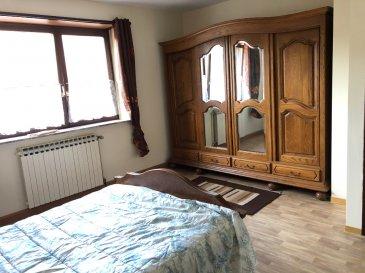 Maison proche Sarreguemines 6 pièce(s) 147 m2. L'agence Nord Sud Immobilier vous propose une maison mitoyenne d'un coté de 147 m² aménagés et 43 m² aménageables, située dans un petit village à quelques minutes de Sarreguemines.  La maison est présentée sur 2 niveaux, et composée au rez-de-chaussée d'un hall d'entrée, d'un salon-séjour, d'une cuisine avec accès sur l'extérieur, de deux chambres, d'une salle de bains et d'un wc individuel.  Au premier étage, vous disposez de deux chambres supplémentaires avec un débarras, et un grenier aménageable d'une surface de 43 m² selon votre projet. Le terrain de 2,87 ares est clos et pourvu d'une remise et d'une chaufferie. Le chauffage est au gaz et vous disposez d'un kachelofe dans le salon-séjour.  dont 6.38 % honoraires TTC à la charge de l'acquéreur.