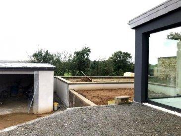 A 5 km de Bertrange à Roedgen et à 10 km de Luxembourg-Ville, très belle et lumineuse maison de haut standing libre des trois cotes et d\'une surface de 165 m2, la maison est en cours de finition, se compose comme suit :  <br><br>Rez-de-chaussée :  <br>- Halle d\'entrée <br>- 1 Wc Séparée<br>- Grande living avec accès sur la terrasse et jardin orientée sud<br>- Salle à manger et cuisine ouverte sur living et la terrasse<br><br>1er Etage :<br>- Deux Chambres - Suites parentales avec salle de bain (dont une avec douche et baignoire) et dressing (placard sur mesure)<br><br><br>2ème étage : <br>- Une Grande Chambre - Suite parentale avec salle de bain (douche et baignoire) et dressing (placard sur mesure)<br><br><br>Extérieur : <br>- Grand Garage BOX chauffé + emplacement extérieur <br>- Jardin <br><br>La construction de haute qualité incluant : triple vitrage avec volet électrique, chauffage au sol, VMC Double Flux (Ventilation), parquet massif, carrelage û pierre naturelle, Salles de bain avec douche et baignoire, Cuisine équipée moderne, à<br><br>Les travaux de finition tel que peintures sont en cours. <br><br>Description de la situation : Roedgen est une section de la commune luxembourgeoise de Reckange-sur-Mess située dans le canton d\'Esch-sur-Alzette. <br>Distances : <br>Roedgen vers Bertrange :5.7 km 7 min en voiture.<br>Roedgen vers Leudelange :4.3 km 6 min en voiture.<br>Roedgen vers Luxembourg centre-ville 10.3 km 20min en voiture.<br><br><br>Pour tout complément d'information, n\'hésitez pas à nous contactez par téléphone au <br>28 77 88 22, Nous sommes également disponibles pour organiser les visites le samedi !  <br><br>Nous sommes, en permanence, à la recherche de nouveaux biens à vendre (des appartements, des maisons et des terrains à bâtir) pour nos clients acquéreurs. N'hésitez pas à nous contacter si vous souhaitez vendre ou échanger votre bien, nous vous ferons une estimation gratuitement. <br><br />Ref agence :54
