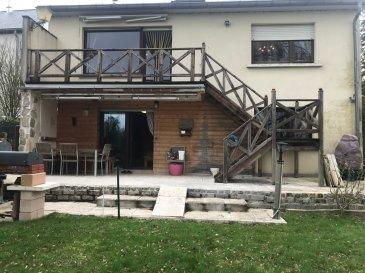 Maison libre des 4 côtés, située à Roedgen, comprenant 3 chambres à coucher, ainsi que 3 salles de douche, cuisine, et séjour donnant accès à une terrasse sur l'arrière de la maison, exposée sud.  Jardin sans vis à vis. Garage fermé pour une voiture.  La commission d'agence s'élève à 3 % du prix de vente + TVA 17 % à charge du vendeur.