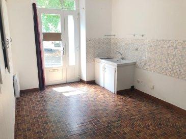 APPARTEMENT PROCHE CENTRE VILLE.  Appartement refait à neuf très proches des commodités et commerces.<br> Au rez-de-chaussée : Entrée dans la pièce de vie avec coin cuisine et placards.<br> Au demi-étage : wc<br> À l\'étage : Une chambre avec placards et cheminée décorative, une salle de douches.<br> LIBRE de suite, venez visiter !<br> Pour plus d\'informations n\'hésitez pas à contacter aml.ventimmo.cdl@orange.fr ou le 02.43.46.72.51 .