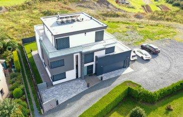 Splendide maison unifamiliale à l\'architecture soignée.<br><br>Libre de 4 côtés<br>Construction: 2017<br>Surface totale: 476 m2 <br>Terrain: 7,62 ares, dont 2,22 ares encore constructible<br>Classe énergétique: A-B<br><br>Cette belle demeure spacieuse, avec ses multiples terrasses, se compose comme suit:<br><br>* Rez-de-chaussée:<br>Hall d\'entrée,<br>Petite cuisine / débarras<br>Grande cuisine avec salle à manger,<br>Living - Salon,<br>WC séparé, <br>Chaufferie / Buanderie / Salle de douche<br>Garage pour 2 voitures,<br>Terrasse / Jardin<br><br>* 1er étage:<br>Hall de nuit,<br>WC séparé,<br>Salle de bains,<br>Buanderie,<br>Bureau,<br>1 chambre à coucher avec dressing,<br>1 chambre à coucher avec dressing et salle de douche,<br>1 chambre à coucher, <br>Terrasse<br><br>* 2e étage:<br>Hall de nuit,<br>2 chambres à coucher,<br>Salle de douche,<br>Living / Salon<br>Terrasse<br><br>* Aspects techniques:<br>Dalles en béton<br>Triple vitrage (PVC / Aluminium)<br>Chauffage au sol<br>Raffstores électrique<br>Pompe à chaleur<br>Boiler raccordé à la chaudière<br>Récupération d\'eau de pluie (1.000 litres)<br>Aération centrale<br>Panneaux solaires thermique<br>Façade en crépi et pierres de parements, isolée <br>Cassette feu de bois (entre living et cuisine)<br>Système d\'alarme<br><br>* Finition intérieur:<br>Pierre naturelle, Carrelage et Parquet, Crépi, Variovlies, Papier peint et carrelage sur les murs, Plafond en plâtre peint et faux-plafond.<br><br>Pour de plus amples renseignements, contactez nous: info@immowolz.lu / (00352) 95 82 59 -1