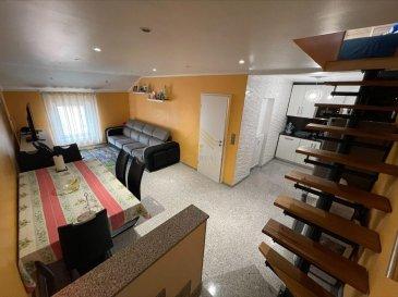 Real G Immo vous présente un triplex au 1er étage d\'une résidence situé dans une rue calme et proche de toutes commodités (École, parcs, accès autoroutes, supermarchés).<br><br>Ce bien a une surface habitable de +/- 86 m² et se compose comme suit:<br><br>Rez-de-chaussée:<br>- Hall d\'entrée<br><br>A l\'étage:<br>- Couloir désservant toutes les pièces,<br>- Cuisine équipée ouverte sur le living/salle à manger,<br>- 2 chambres à coucher, <br>- Salle de bain avec douche italienne, <br><br>Pièce de 25 m² servant de local pour rangement (possibilité d\'aménager).<br><br>Grenier aménagé en une chambre à coucher. <br><br>Pour compléter ce bien une cave privative, une terrasse et une buanderie commune s\'y ajoutent.<br><br>Real G Immo vous accompagne dans toutes vos démarches administratives et financières, si besoin. <br><br>Pour plus de renseignements ou une visite des lieux (également possibles le samedi sur rdv), veuillez nous contacter au 28.66.39.1. <br>