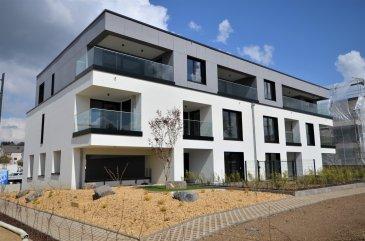 Idéalement située au cœur d'Hesperange, avec vue sur le parc et sans vis-à-vis, cet appartement moderne avec finitions de qualité occupe le rez-de-chaussée d'un immeuble récent (Avril 2021) avec ascenseur («Résidence Giulia»). D'une surface de ± 63 m² pour une surface habitable de ± 51 m², il se compose comme suit:  La porte d'entrée s'ouvre sur un hall d'entrée ± 4 m² incluant un wc séparé ± 2 m² desservant à sa gauche, la partie nuit composé d'une chambre ± 14 m² avec salle de bain carrelé ± 4 m² incluant une confortable baignoire ainsi qu'un lavabo et un sèche-serviettes en suite.  L'autre côté du hall dessert un lumineux séjour ± 24 m² avec cuisine ouverte en