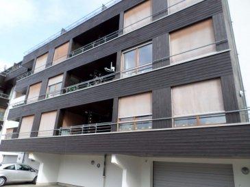 EXCLUSIVITÉ LUXPROIMMO Bel appartement avec terrasse idéalement situé à Esch/Lallange, au rez-de-chaussée d'une Résidence bien entretenue.  Composé de 2 chambres à coucher, cuisine équipée, bureau, salle de bains avec baignoire, salle de douche, wc séparé et spacieux living avec accès à la terrasse de 9,40m².    Au sous-sol: Cave privée, buanderie commune et garage fermé individuel pur 1 voiture.