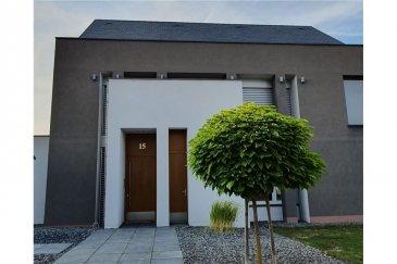 MUNSBACH : Maison d'architecte / Architektenhaus RE/MAX, leader luxembourgeois de l'immobilier, vous propose en exclusivité cette magnifique maison d'architecte (libre des 4 côtés) d'une surface totale d'environ 308 m2 (environ 243 m2 habitables) dotée d'un grand garage 2 voitures ( /- 40 m2), située dans le très sélect domaine du château à Munsbach à 10 minutes de Luxembourg-Ville. Cette demeure construite en 2010 et agencée avec des matériaux hauts de gamme est située sur un terrain de 7,17 ares et se compose d'un grand living en rez- de- chaussée avec la possibilité de le fermer entièrement grâce à des portes coulissantes sur mesure. La cuisine de marque Bulthaup tout en inox et sur- équipée comprend réfrigérateur, congélateur, plaque de cuisson à induction de marque Gaggenau, hotte aspirante, lave -vaisselle de marque Miele, four avec chauffe-plat et four vapeur de marque Gaggenau, cave à vin et un agencement particulièrement bien pensé . L'espace salle à manger comprend également une très belle cheminée design et donne tout comme le living sur la terrasse du jardin entièrement aménagé. De nombreuses gardes robes et placards intégrés et un WC séparé complètent le rez, l'accès vers la chaufferie et le double garage s'effectuant juste après l'entrée. L'ensemble du rez-de-chaussée est chauffé par le sol. Au premier étage se trouvent la chambre parentale avec grand dressing et salle de bain avec grande baignoire, douche et double lavabo et 1 chambre pouvant être convertie en bureau Au 2ème étage, se trouvent deux chambres, chacune avec salle de bain privative, et une buanderie Toute la maison est équipée de portes et de mobilier encastrés réalisés sur mesure, pour une optimisation maximale de l'espace. Les principales baies sont en outre équipées de stores à lamelles orientables (type Raffstore Grieser) Cette maison comprend également un système de sonorisation intégrée dans la cuisine, le living, la chambre parentale et la salle de bains du 1er étage. L'isolation e