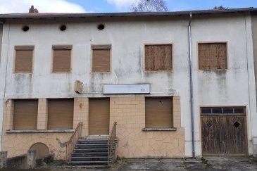 EN EXCLUSIVITE POUR INVESTISSEURS, PROFESSIONNELS OU PARTICULIERS  NOUS VENDONS au centre du village de FREISTROFF (Moselle), à proximité de BOUZONVILLE  Et proche de l'axe routier menant vers Thionville et le Luxembourg à seulement 25 minutes de METZ Une ancienne maison lorraine et café du village.  L'habitation offre une surface habitable de 400 m2 environ. Dans sa configuration actuelle, On y trouve en rez- de- chaussée : L'ancienne salle de bistrot de 110 m2 environ avec les toilettes H/F de 21 m2. A l'arrière un séjour, une cuisine de 44,18 m2. A L'étage : Une très grande pièce (ancienne salle de danse et vestiaire) de 130 m2 environ. Quatre chambres de 25, 21, 16 et 15 m2 avec dressing de 13 m2. Avec aussi une grange, garage de 22 m2 pour le stationnement d'une voiture. Un grand grenier aménageable. Une cour intérieure de 25 m2, une cave, des dépendances (ancien jeu de quilles en bois). Un très grand terrain arboré et clôturé. *** Toiture et charpente de 2014. De part sa configuration, l'importance des surfaces habitables proposées ; cette très grande maison pourrait parfaitement convenir pour la réouverture d'un café restaurant de village. DES TRAVAUX SONT A PREVOIR : avec aussi la possibilité de créer 4/5 appartements, un mix MAISON plus APPARTEMENTS est envisageable. Une maison d'hôtes ou Gîte rural. LIBRE DE SUITE ; CONTACT : Jean-Luc MEYER – Agent commercial au 07 60 13 78 96 Ou directement l'agence au 03 87 36 12 24 Les frais d'agence sont inclus dans le prix annoncé.