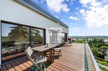 Hesperange : Penthouse 3 chambres à coucher, 2 emplacements intérieur, 110 m2 net habitable, 28 m2 terrasse 123 m2 brut.  Très beau Penthouse au dernier étage d'une résidence luxueuse à seulement 3 unitées construite en 2017, agencé comme suit :  Au 2ème et dernier étage: Accès par ascenseur  Hall d'entrée WC avec douche à l'italienne, buanderie. Bureau/chambre Grand Living lumineux avec balcon avec une vue imprenable sur la vallée de l'alzette, le village de Fentange, Roeser et sa réserve naturelle, cuisine ouverte sur le living placards faits sur mesure Dans le partie nuit, une chambre a coucher avec salle bain et dressing, chambre à coucher.  Un emplacement intérieur pour 2 voiture se trouve au sous-sol, la Cave (3 m2).  Ce penthouse se trouve au dernier étage de cette petite résidence récente, à quelques centaines de m du centre commercial Auchan et de la cloche d'or avec ses lycées et centre d'affaires. Un arrêt de bus se trouve à quelques m pour la ligne 16.  Cat. énergétique : A/A  Pour toutes informations :  Tel :  352 277 50 40 Vente par AEXUS REAL ESTATE. Découvrez tous nos biens sur www.aexus.lu Aexus real estate est membre de la Chambre Immobilière du Grand-Duché de Luxembourg (seul organisme accrédité par l'état pour la certification des agents immobiliers) et travaillons dans le respect de leur code de déontologie, gage de qualité des services et de sériosité. Si vous souhaitez vendre ou louer votre bien, profitez-vous aussi de notre expérience et connaissance du marché à Luxembourg. Estimation rapide, gratuite et réaliste.   Hesperange: Penthouse 3 Schlafzimmer, 2 Innenparkplätze, 110 m2 Netto-Wohnfläche, 28 m2 Terrasse 123 m2 brutto.  Sehr schönes Penthouse im obersten Stockwerk einer luxuriösen Residenz mit nur 3 Wohneinheiten, gebaut 2017, wie folgt angeordnet :  Im 2. und obersten Stockwerk: Zugang mit dem Aufzug  Eingangshalle WC mit italienischer Dusche, Waschküche. Büro/Schlafzimmer Großes helles Wohnzimmer mit Balkon mit atemberaubender Aussic