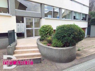 En plein centre ville de Ar sur Moselle, nous proposons pour un investisseur un appartement F 4 de 90 m2 dans une petite copropriété bien soignée&period;<br /><br />Il est composé d\'une vaste entrée avec placards desservant une partie nuit de 3 chambres, salle de bains, WC, placards intégrées, salon et cuisine avec un accès balcon pour ces 2 dernières pièces&period;<br /><br />Ce bien a fait l\'objet de nombreux travaux en 2011|2013 comme le remplacement des menuiseries extérieures, cuisine équipée, rénovation des sols et électricité pour un montant global de 23000 &apos;&period;<br /><br />L\'appartement est chaleureux et très lumineux&period;<br /><br />Tous les commerces, transports en communs, cinéma, piscine et gare se trouvent entre 100 et 200 mètres&period;<br /><br />Loyer mensuel de 600 &apos; | mois<br />Taxe foncière : 680 &apos; | an<br />Charges mensuelles : 180 &apos;<br /><br />Nombre de lots: 20 dont 7 appartements, 7 caves etc&period;&period; <br />Syndic bénévole|<br /><br />Le prix est de 128000 &apos; et les honoraires sont intégralement à la charge du vendeur&period;