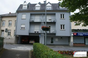 IMMO EXCELLENCE vous propose un appartement d\'une superficie de 91 m2 situé au 2ème étage d\'une petite Résidence. L\'appartement se compose comme suit : Un hall d\'entrée, un double séjour avec accès sur un balcon, une cuisine équipée, deux chambres-à-coucher dont une avec accès sur un deuxième balcon, une salle-de-bains, un W.C. séparé, un débarras, une pièce supplémentaire au grenier, ainsi qu\'un emplacement couvert. L\'appartement se situe à quelques mètres de la zone piétonne d\'Echternach et à proximité de toutes commodités.<br><br>Caution pour la télécommande du garage : 90.-Eur<br><br>Garantie bancaire : 2.600.-Eur<br><br>Contrat de bail sur 3 ans.<br><br>Echternach (luxembourgeois : Iechternach) est une ville du Luxembourg d\'environ 5 300 habitants et le chef-lieu de son canton, le long de la vallée de la Sûre marquant la frontière avec la Rhénanie-Palatinat allemande.<br />Ref agence :3426721