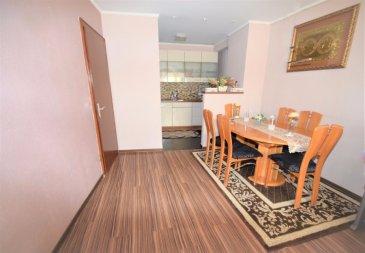 Bardia Allami & RE/MAX Select, spécialistes de l'immobilier à Larochette / Medernach, vous proposent cette maison complètement rénovée avec beaucoup de potentiel comme la possibilité d'avoir un appartement indépendant. La composition est la suivante :  Au rez-de-chaussée : - couloir d'entrée de ce bien - une pièce indépendante de 26m² avec sa cuisine équipée, neuve et ouverte, + une pièce de 8m². - la salle de bain neuve avec une douche à italienne et wc - Local technique avec chaudière au mazout - un local débarras de 3m²  Au 1er étage : - couloir - salon-salle à manger avec cuisine équipée américaine de 26m² - 2 chambres à coucher de 15,5m² et 9m² - une grande salle de bains avec douche, baignoire de coin, double lavabo et wc.  Au dernier étage/Grenier : - un grand grenier de 68m² au total dont 52m² habitables. Ce grenier est équipé en installation électrique et plomberie afin d'être aménagé à volonté en plusieurs chambres ou pièces avec un salle de bains et wc.   Ce bien d'une superficie totale de 200m², donc actuellement habitable sur 140m² et entièrement refait à neuf :électricité, plomberie, sanitaire, toiture & charpente, isolation et façade, fenêtres, cuisine et etc. 2 emplacements extérieurs pour voitures. Cette maison à beaucoup de potentiel, investissement très intéressant (maison et appartement). On est à +/- 15km de Luxembourg-ville, avec des commerces, Poste et banques à moins de 2km (Larochette)  Un arrêt de bus se trouve à 100m et dessert les principales villes du Grand-duché de Luxembourg.