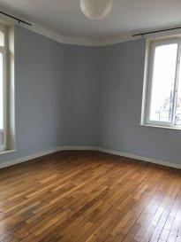 rue du Graouilly, au 1er étage, appartement 2 pièces de 58m², comprenant une entrée, une cuisine séparée, un salon-séjour, une chambre, une salle d'eau/WC. Chauffage individuel au gaz