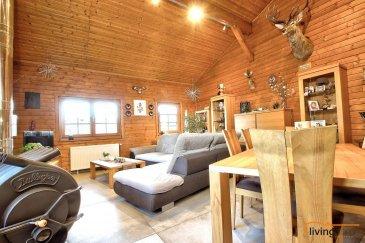 Maison d\'habitation + bureaux + entrepôt:  Maison chaleureuse d\'un style rustique à grand potentiel érigée sur un terrain d\'une superficie de 7,37 ares. En effet, il s\'agit d\'une propriété composée de plusieurs parties (maison principale, appartement et espace professionnel).  L\'habitation principale aménagée dans la partie du chalet norvégien, construit en 1985 en rondin de bois a été entièrement rénové en 2017 avec des matériaux haut de gamme et équipé d\'un poêle à bois.   Cette partie de l\'habitation dispose au REZ-DE CHAUSSEE d\'une entrée principale 10,03 m2), une cuisine équipée en hêtre massif (14,18 m2) ouverte sur le séjour (34,23 m2), 2 chambres à coucher (11,50 m2) (18,72 m2), hall de nuit (5,60 m2), 1 WC séparé (1,90 m2), coin vestiaire (3 m2), 1 salle de douche avec espace sauna panoramique (18,05m2).   Le SOUS-SOL est aménagé en appartement d\'une superficie de 41,55 m2 disposant d\'un hall (16,10 m2), salle de douche (2.80 m2), débarras (1,90 m2), 1 chambre à coucher (15,55 m2), dressing (5,20 m2), buanderie (9,60 m2). Un local chaufferie (5,50 m2) et garage (53,65 m2) (dimensions porte de garage: largeur 3,45m et hauteur 2,60m).  A cette partie du chalet se rajoute en 1994 une annexe construite partiellement en ossature bois et partiellement en maçonnerie, à savoir, un espace professionnel se composant de bureaux (34,20 m2) se prêtant idéalement pour sociétés ou professions libérales. Possibilités d\'y aménager des chambres à coucher au besoin. A ceci se rajoute un WC séparé (1,70 m2) une grande pièce séjour (41,10 m2) avec cuisine professionnelle (13,01 m2).  Au SOUS-SOL de cette dépendance  est agencé un entrepôt spacieux et lumineux d\'une contenance de 58 m2 équipé d\'une porte de garage sectionnelle de 3,95 m de large et 3,50m de hauteur. Parkings extérieurs.  ASPECTS TECHNIQUES: - construction chalet en bois massif (rondins)  - annexes construction en ossature bois et maçonnerie - les sols sont recouverts de carrelage et de parquet en c