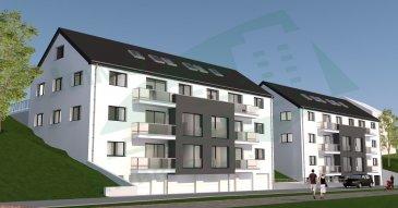"""---------- RÉSERVÉ !!! ----------  Appartement situé au 2ème étage de la résidence ONYX, composé par un hall d'entrée, un séjour, une cuisine (non équipée), 2 chambres à coucher, un balcon, salle de bain, un WC séparé et un débarras.  Le bien compte également un emplacement/parking extérieur et un emplacement/parking intérieur, ainsi une cave au rez-de-chaussée.  Le projet sera construit sur un terrain d'environ 14 ares situé dans la rue Bettlange du village de Harlange.  Sa situation géographique apporte de nombreux avantages, aussi bien au niveau des déplacements professionnels que des déplacements de loisirs, à deux pas du lac de la Haute Sure et du centre commercial """"KNAUF Center"""" à Pommerloch.  L'accès à l'entrée principale de la résidence et du parking se trouve sur la façade principale.   La résidence abrite 8 appartements, dont 2 au 1er étage, 2 au 2ème étage et 4 appartements repartis au 3ème étage avec combles. Vous aurez le choix entre 4 appartements à 1 chambre à coucher et 4 appartements à 2 chambres à coucher.  La maçonnerie sera réalisée avec du bloc bisomark isolant. Les menuiseries extérieures seront équipées de fenêtres triple vitrage et de volets électriques. La toiture sera isolée et recouverte d'ardoises. Tous les aménagements et matériaux employés seront de grande qualité et toutes les finitions seront très soignées; seules des entreprises qualifiées et expérimentées seront retenues pour atteindre nos objectifs de qualité.   La résidence est réalisée dans un esprit écologique pour le respect des générations futures. Elle atteint un niveau de performance énergétique de classe A grâce à une pompe à chaleur, une ventilation mécanique contrôlée et des panneaux solaires qui garantissent le chauffage et l'eau chaude. En ce qui concerne l'isolation thermique du bâtiment, on atteint un niveau de classe A.  Afin de rester fidèle à cet esprit écologique nous vous conseillons d'opter pour un fournisseur d'énergie verte qui procure une énergie de sources r"""