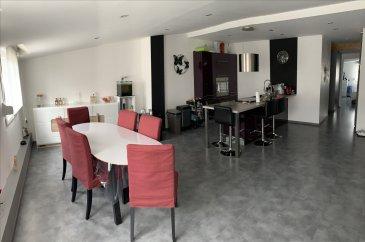 Appartement F3 au 4ème étage comprenant une spatieuse pièce salon/salon à manger/cuisine équipée de 50m2, deux chambres, une salle de bains et une buanderie.  En annexe: une cave, un jardinet et un garage