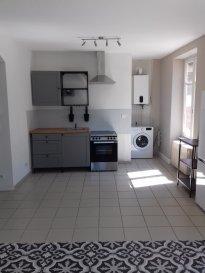appartement meublé à Audun-le-roman avec cuisine ouverte sur séjour, 2 chambres, salle d'eau avec WC. L'appartement possède également une cave ainsi que le chauffage individuel au gaz.