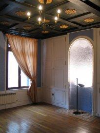 METZ CENTRE F4 avec garage 100 m² A VOIR. Au 1er étage d\'un magnifique immeuble de charme , F4 100 m2 comprenant vaste séjour, cuisine équipée, salon séjour, salle à manger, 2 chambres , salle de bain ,wc.  <br/>cave + garage .   <br/>Haut de plafond, moulures et parquets <br/><br/>DISPONIBLE DE SUITE