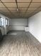 Grand bureau non meublé de +- 35 m2 au rez-de-chaussée d'un Business Center dans une zone d'activité à Howald proche de toutes commodités.   Ce bien se compose de :   - 1 Grand bureau de 35m2 avec un point d'eau - 1 WC commun au rez-de-chaussée - 1 WC commun au 1er étage - 1 Kitchenette commune au 1er étage - 2 Emplacements extérieurs  - Loyer : 1150 € par mois charges comprises (chauffage, eau et électricité) - Libre de suite  De nombreux commerces et restaurants se trouvent à proximité.  Accès facile et proche des autoroutes A1 et A3.  N'attendez plus, contactez-nous par mail sur info@gng.lu ou au 621 366 377.  Découvrez toutes nos offres sur www.gng.lu