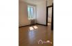 Appartement de type F2 comprenant une cuisine, un salon/ salle à manger, une chambre et une salle d'eau avec douche et toilette.